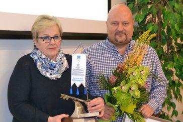 MSY Vuoden yrittäjä Harri Karppinen ja pj Lisbet Sipilä. Kuva Teija Loponen